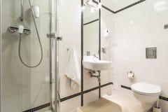 现代,明亮的卫生间 免版税库存照片