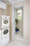 现代,明亮,干净的厨房内部在豪华房子里 与经典之作或葡萄酒元素的室内设计 实用 库存照片