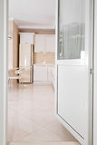 现代,明亮,干净的厨房内部在豪华房子里 与经典之作或葡萄酒元素的室内设计 实用 图库摄影