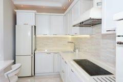 现代,明亮,干净的厨房内部在豪华房子里 与经典之作或葡萄酒元素的室内设计 实用 免版税库存图片