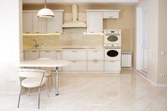 现代,明亮,干净的厨房内部在豪华房子里 与经典之作或葡萄酒元素的室内设计 实用 免版税图库摄影