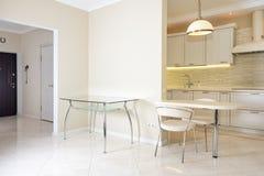 现代,明亮,干净的厨房内部在豪华房子里 与经典之作或葡萄酒元素的室内设计 实用 免版税库存照片