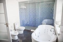 现代,有洗手间的干净,卫生间,水槽、阵雨和浴缸。 免版税库存图片