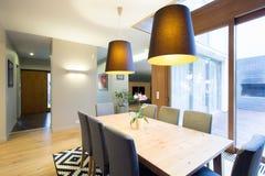 现代dinning的室在宽敞房子里 库存图片