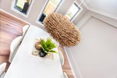 现代dinning的室装饰包括藤条或竹子巢l 图库摄影