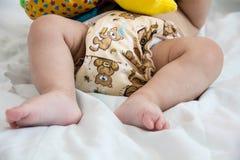 现代eco堆的婴孩布料尿布和替换轴衬在明亮的背景,一点逗人喜爱的foo的选择聚焦特写镜头 库存图片