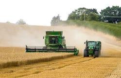现代9780i cts约翰Deere联合收割机切口播种玉米工作金黄领域的麦子大麦 免版税图库摄影