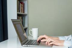 现代minimalistic家庭办公室书桌 免版税库存图片