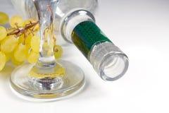 玻璃、一束葡萄和瓶。 图库摄影