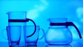玻璃、瓶和酒精的图象在天空背景 影视素材