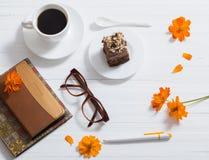 玻璃、笔记本、笔和咖啡 免版税图库摄影