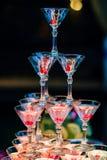 玻璃与明亮的照明设备的马蒂尼鸡尾酒鸡尾酒 免版税库存图片