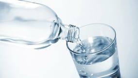 玻璃倾吐的水 股票录像