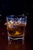 玻璃冰了威士忌酒 库存图片