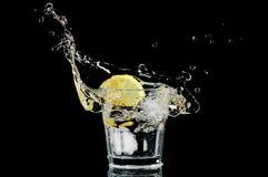 玻璃冰柠檬飞溅 图库摄影