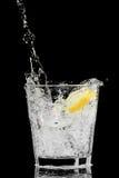 玻璃冰柠檬飞溅 免版税库存照片