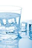 玻璃冰水 免版税库存图片