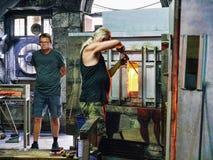 玻璃制造业的工作者在直布罗陀的岩石做被出口全世界的艺术玻璃 库存照片