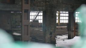 玻璃剪影放弃了仓库工厂录影被打碎的被打碎的窗口房子窗口户内 股票视频