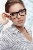玻璃办公室佩带的妇女 免版税库存照片