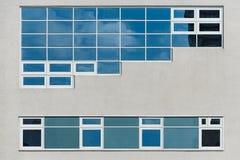 玻璃和具体反射的天空和云彩现代门面  库存图片