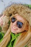 玻璃和冬天夹克的女孩 免版税库存图片