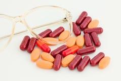 玻璃和分散的药物 免版税库存图片