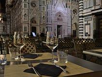 玻璃和利器在室外餐馆在一个历史城市在晚上 免版税库存照片