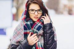 玻璃和围巾的逗人喜爱的女孩 免版税库存照片