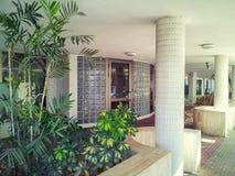玻璃和块公寓入口  免版税库存图片