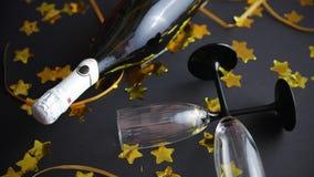 玻璃和瓶与金黄蛇纹石和五彩纸屑的香槟 股票视频