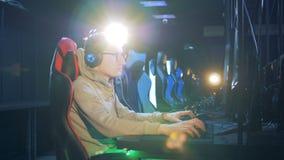 玻璃和耳机的年轻人打电脑游戏 股票视频