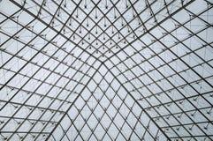 玻璃和钢天花板结构的特写镜头在罗浮宫的在一多云天在巴黎 库存照片