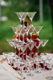 玻璃和香槟金字塔马蒂尼鸡尾酒的一个欢乐的招待会的 库存照片