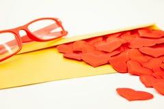 玻璃和黄色隐蔽,在许多红心附近,特写镜头 免版税库存照片