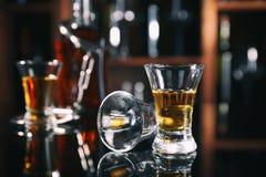 玻璃器皿的构成与手铐的在酒吧的桌上 库存照片