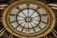 玻璃圆顶在经典办公楼大厅里  免版税库存图片