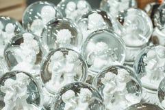 玻璃圣诞节玩具,纪念品-在圣诞节市场的柜台的雪球 库存照片