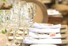 玻璃在桌里为招待会、党事件或者婚姻的c设置了 库存照片
