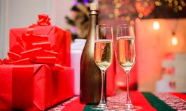 玻璃在礼物盒附近填装了汽酒或香槟 欢呼概念 新年传统属性 新年好 免版税图库摄影