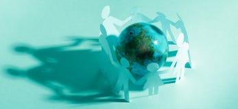 玻璃地球和家庭纸玩偶 库存照片