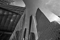 玻璃大厦包围的世界贸易中心一号大楼摩天大楼在纽约 免版税库存照片