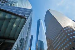玻璃大厦包围的世界贸易中心一号大楼摩天大楼在纽约 免版税图库摄影