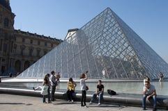 玻璃天窗博物馆金字塔游人 免版税库存图片