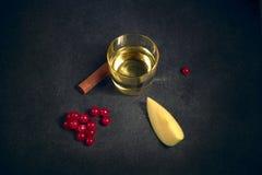 玻璃威士忌酒 在桌上用苹果、花揪和桂香 免版税库存图片