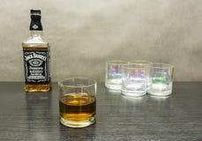 玻璃威士忌酒 在背景中一个瓶美国人扫 免版税库存照片