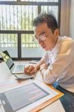玻璃工作的年轻财政顾问分析企业图表文件的 库存照片