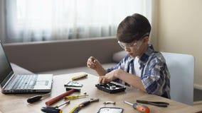 玻璃工作的男孩在学校项目,殷勤地拆开的个人计算机细节 股票视频
