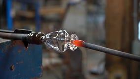 玻璃工使用热的啤牌形成最终产品4K上面  影视素材
