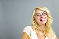 玻璃微笑的佩带的妇女 免版税图库摄影